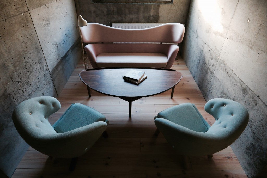 baker-sofa-pelican-chairs-cocktail-table